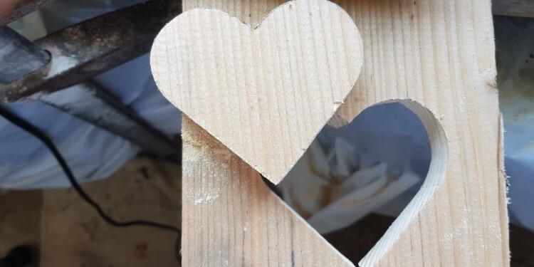 Fertig ausgesägtes Holzherz
