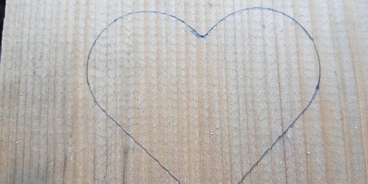 Herz am Holz anzeichnen