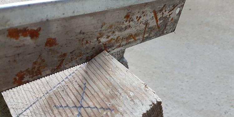 Kantholz mit Feinsäge sägen