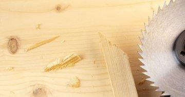 Holz sägen mit dem Winkelschleifer