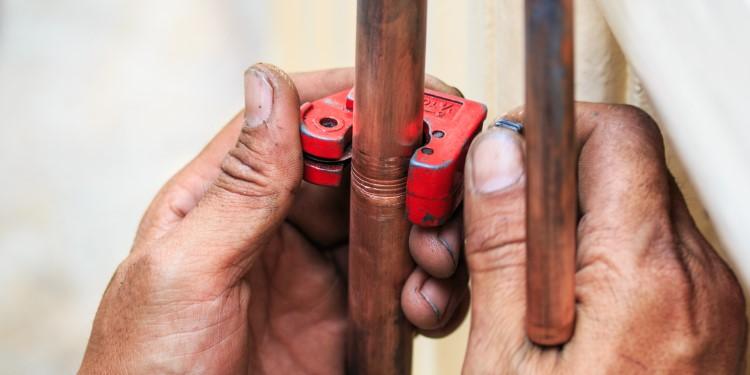 Kupferrohr mit Rohrschneider kürzen