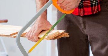 Holz mit Metallsäge sägen